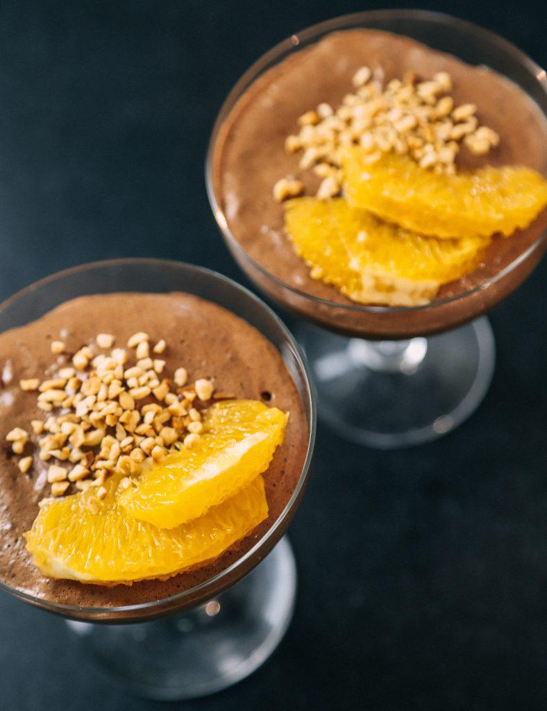vegan chocolade mousse met vers fruit en fijngehakte nootjes