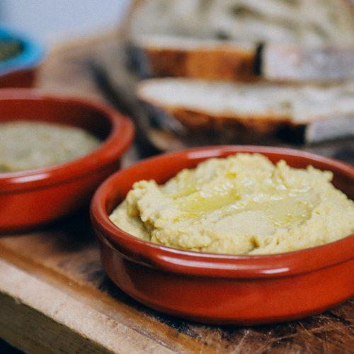 recept om zelf vegan dips zoals hummus te maken met gepofte knoflook