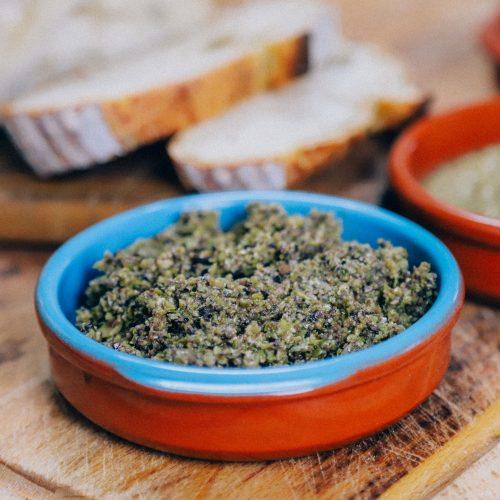 recept om huisgemaakte olijven tapenade te maken van groene en zwarte olijven