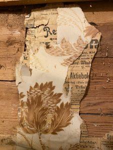 I samband med renovering hittades tapet med bruna och senapsgula blommor och tidningspapper från Westerbotten år 1901.