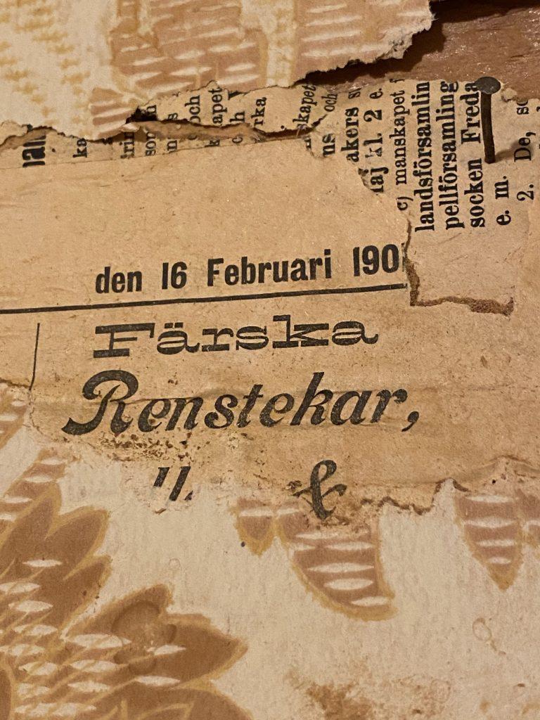 Närbild på en tidning Westerbotten från 16:e februari år 1901. Man kan även läsa rubriken färska renstekar.