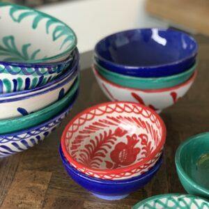 skåle i flere farver og størrelser