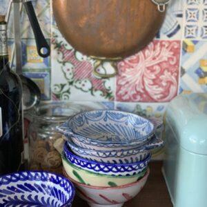skåle i mange farver i køkken