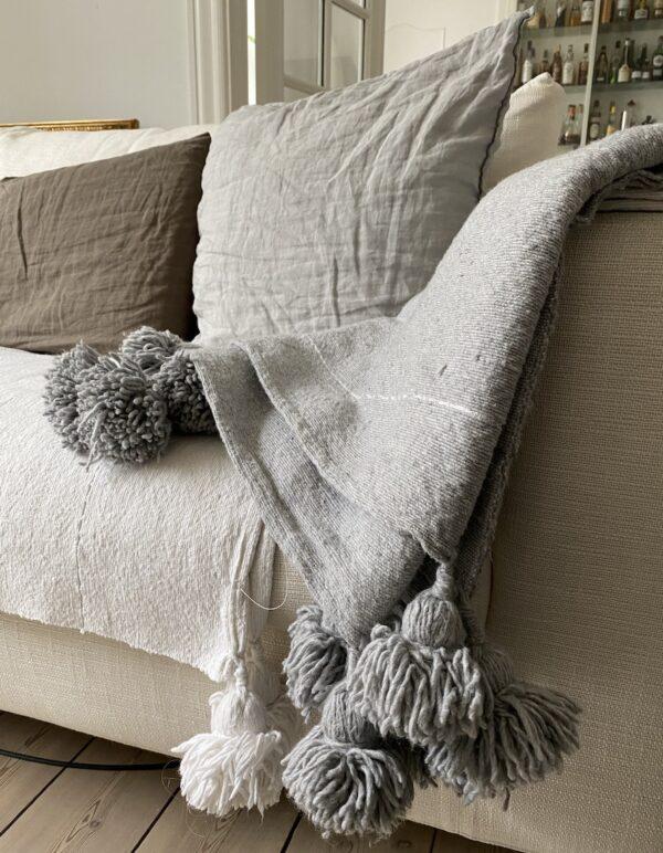 hvid pom pom plaid og sengetæppe