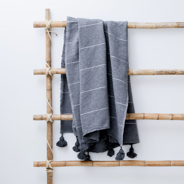 plaid og sengetæppe med pompom hør mørkegrå Manipura living