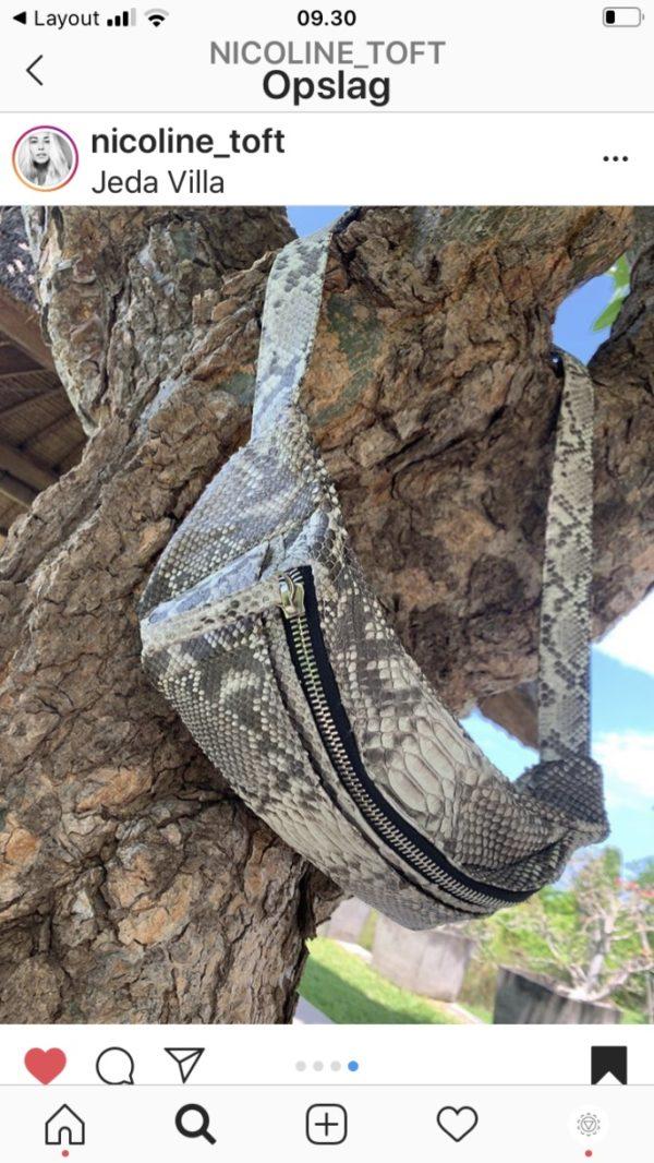 Nicoline Toft med Kundalini bumbag taske naturfarvet python skind taske på træ