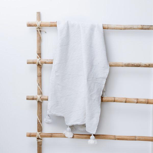 Plaid og sengetæppe med pompom kvaster i hør hvid Manipura Living