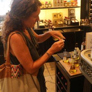 Anne-Marie smager på olier chateau d'estoublon