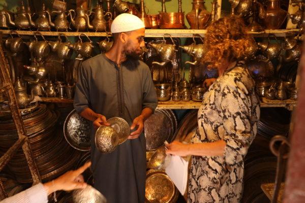 På indkøb i den lille workshop med vintage fade i Marrakesh