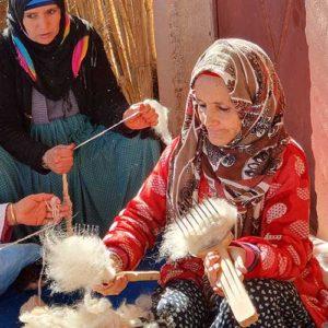Kartning af fåreuld til tæpper