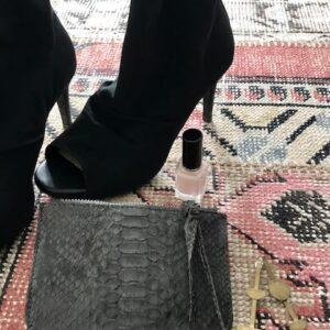 Kundalini Girls stuff lille pung og make-up clutch med høje sko