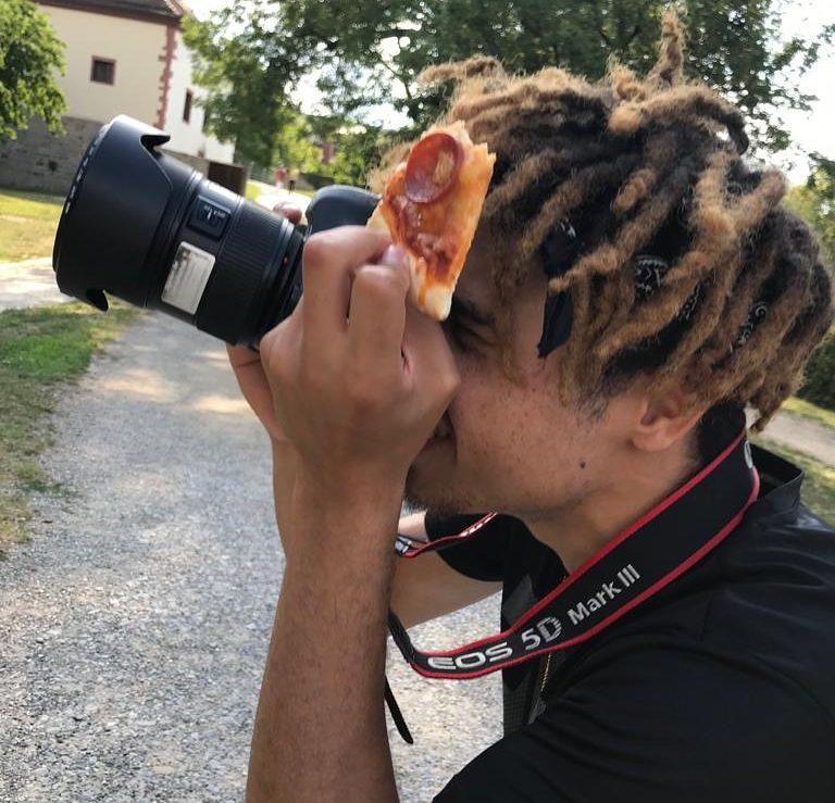 Marc Mulolo mit einer canon eos 5d mark iii und einem Stück Pizza