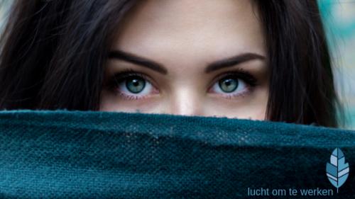 Vrouw introvert