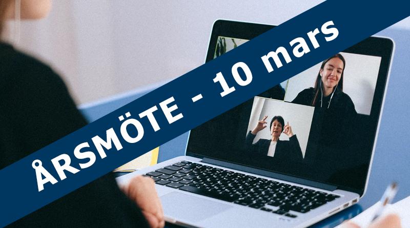 """Foto på en person som sitter framför en laptop med digitalt möte. Över bilden står texten """"Årsmöte - 10 mars""""."""