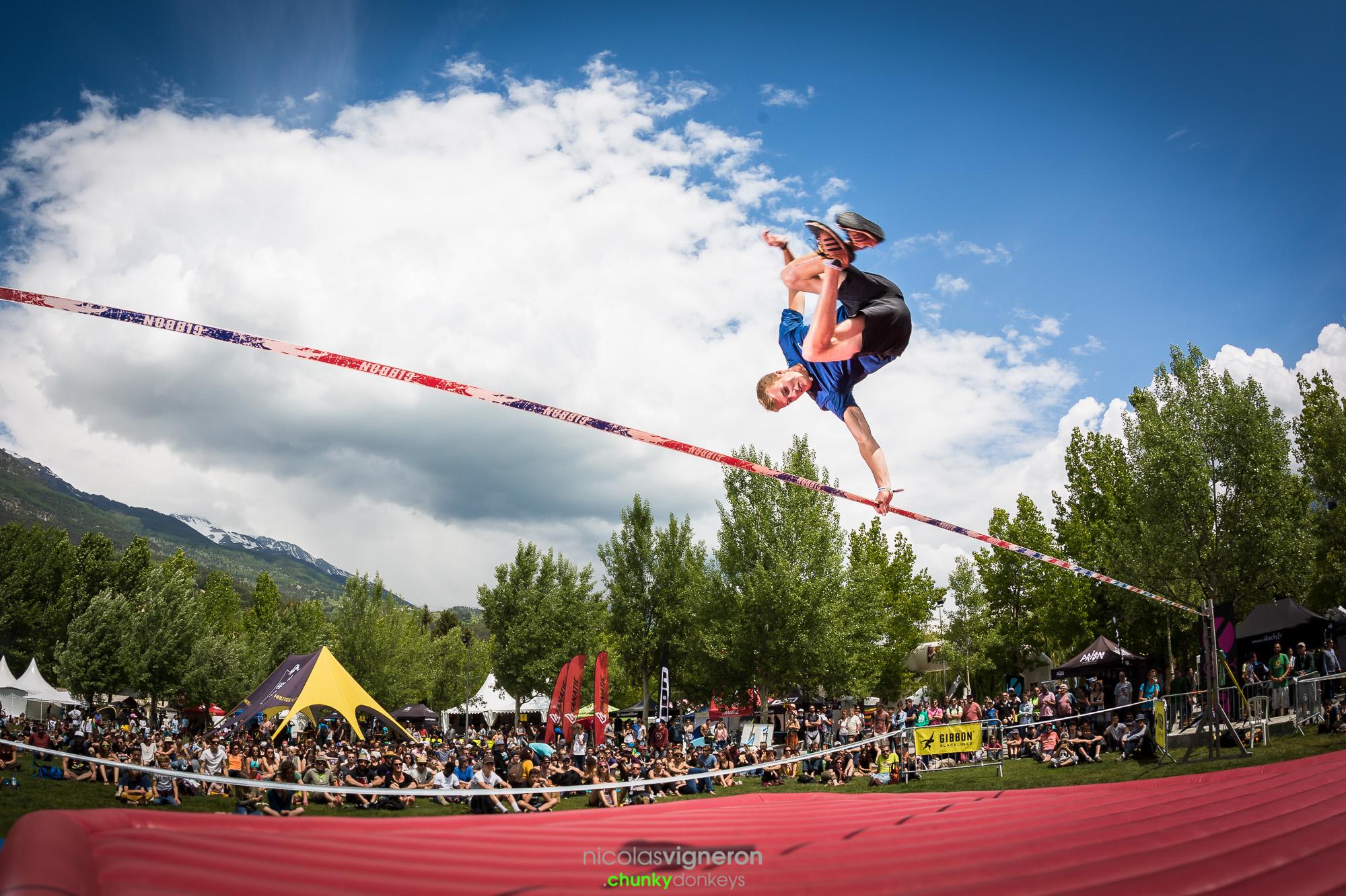 Marius Kitowski bei einem Salto auf einer Slackline Show