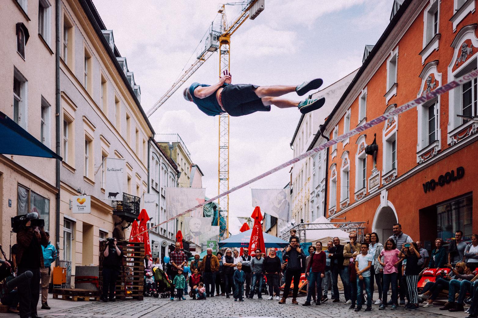 Marius Kitowski im Sprung auf einer seiner Slackline Shows