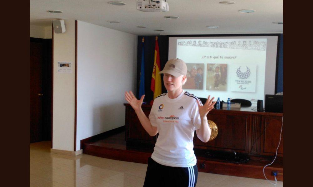 Marta Arce dando una conferencia