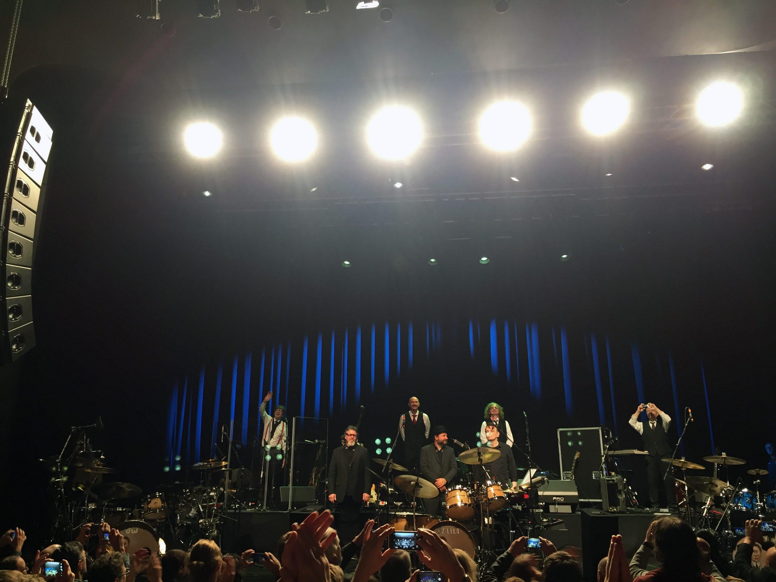 KONGEBAND: King Crimson presterte å få musikk som i utgangspunktet virker svært teknisk brilliant til å låte organisk, nyansert og mangfoldig. Etter konserten fikk vi lov til å ta bilder av bandet. B.f.v.: Mel Collins, Tony Levin, Jakko Jakszyk og Robert Fripp. F.f.v.: Pat Mastelotto, Jeremy Stacey og Gavin Harrison. Foto: Martin Aasen Wright