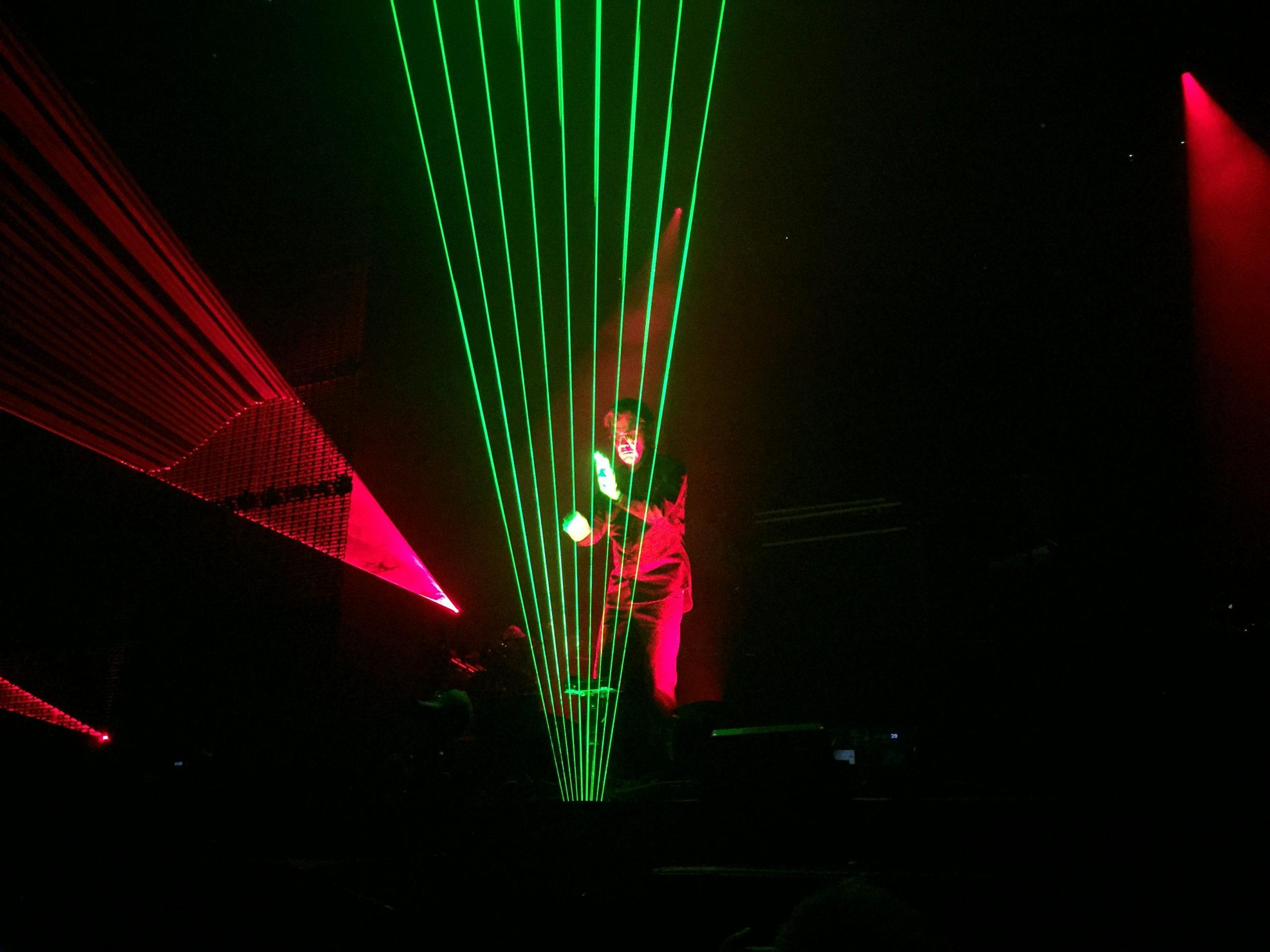 UTFORDRENDE: Jean-Michel Jarre satser ikke på gamle hits i Oslo Spektrum 28. oktober 2016, men konserten har flere elementer som kjennetegner ham, som laserharpen. Foto: Martin Aasen Wright