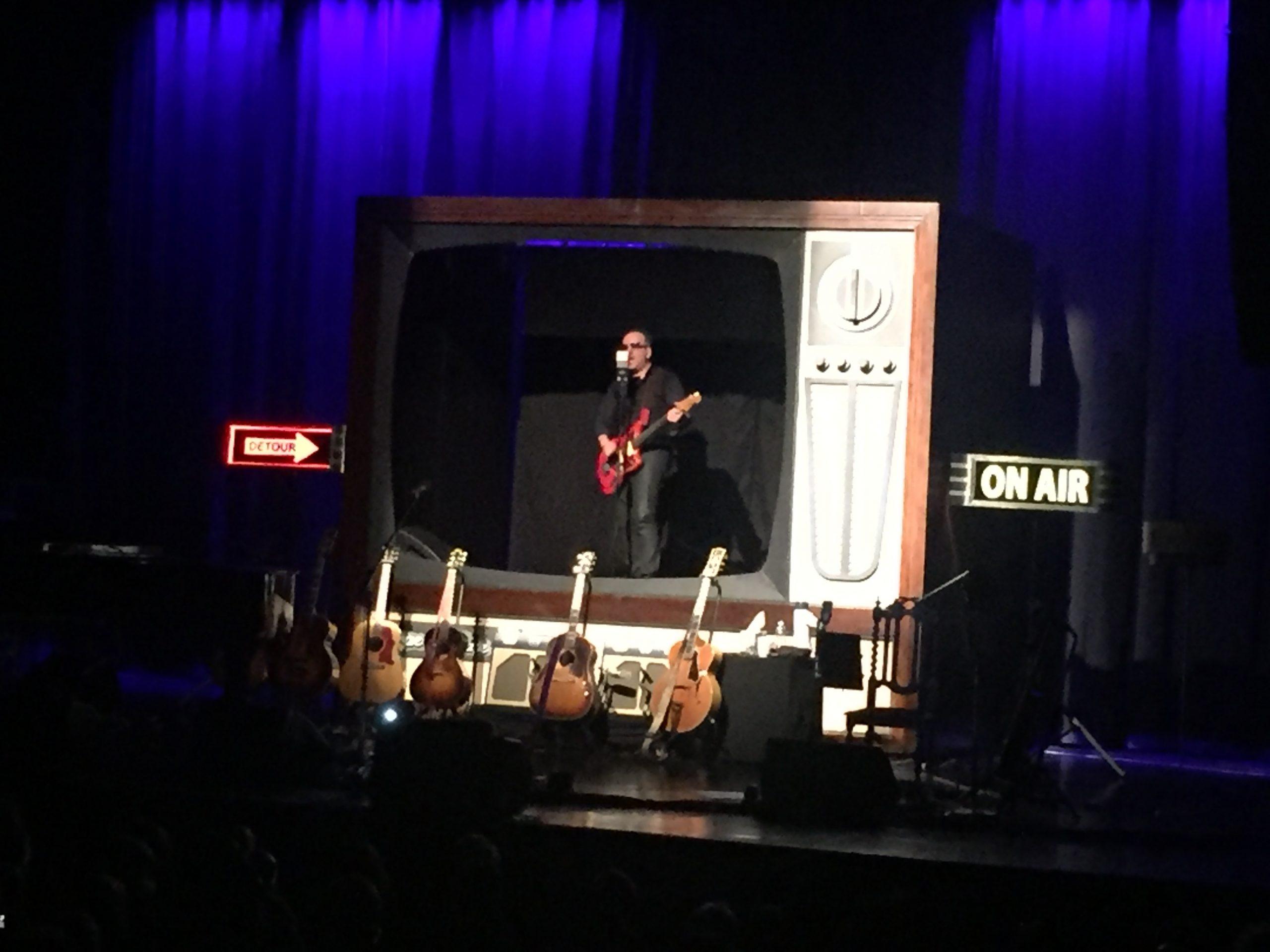 SØVNDYSSENDE: Står man helt alene på en scene i to timer, skal man være god. Elvis Costello overbeviste ikke på Sentrum Scene. Foto: Martin Aasen Wright