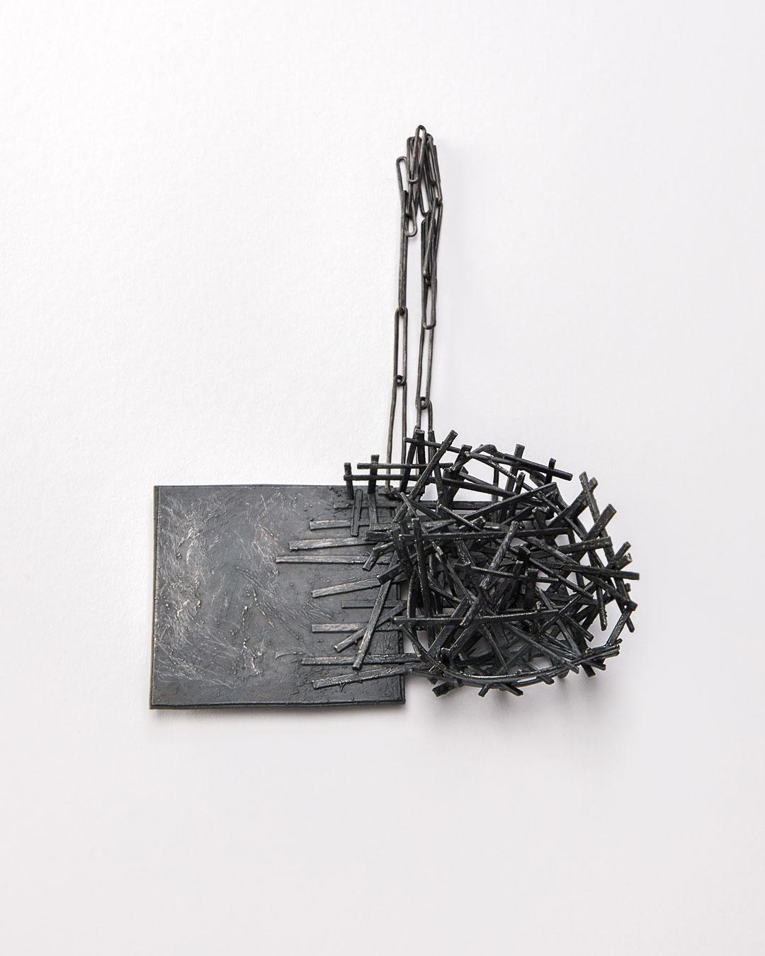 Iris Bodemer, Gegenüberstellung 1 (Juxtaposition 1), 2019, pendant; silver, thermoplastic, 90 x 140 x 40 mm, €4250