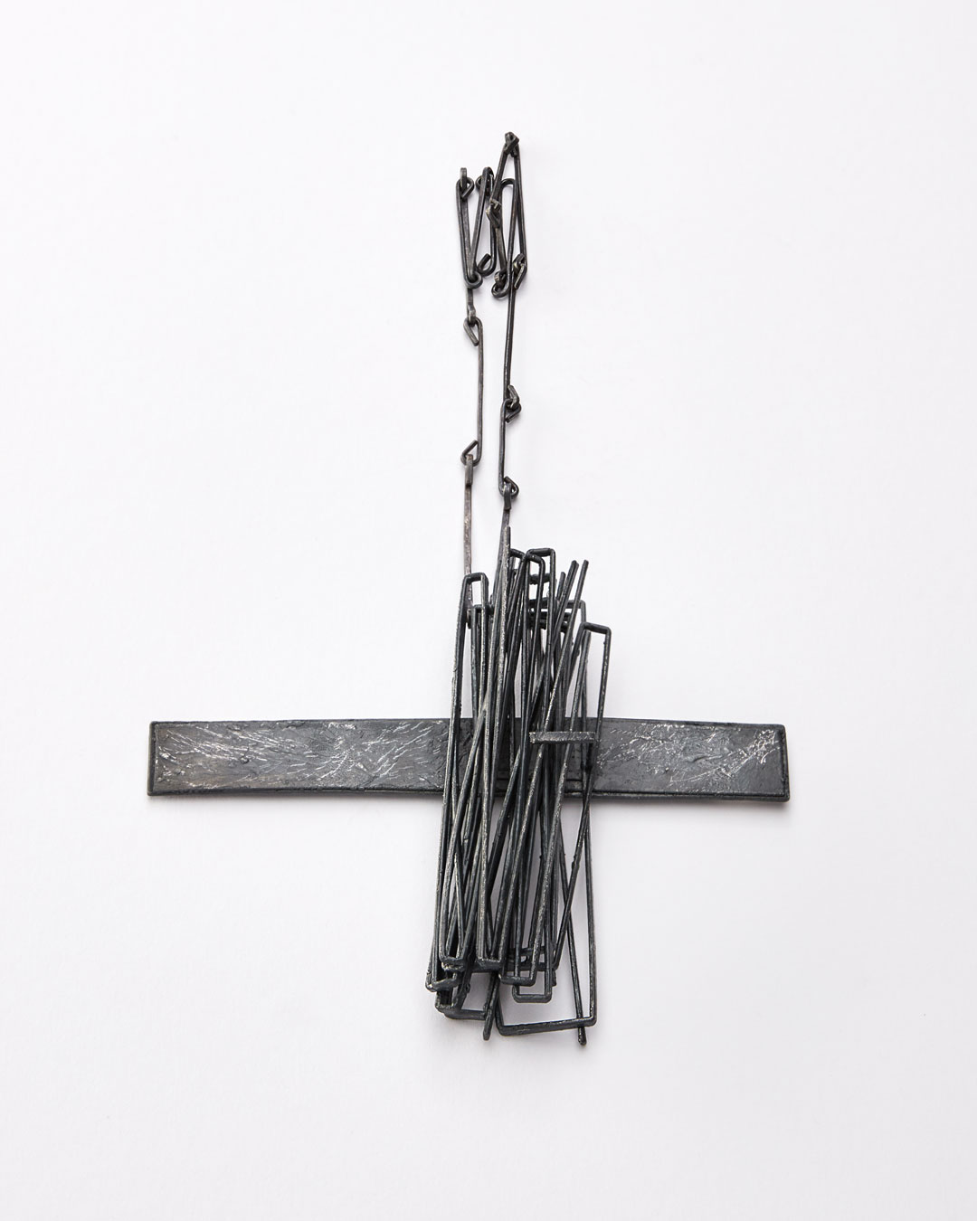 Iris Bodemer, Gegenüberstellung 4 (Juxtaposition 4), 2019, pendant; silver, thermoplastic, 110 x 140 x 25 mm, €3500