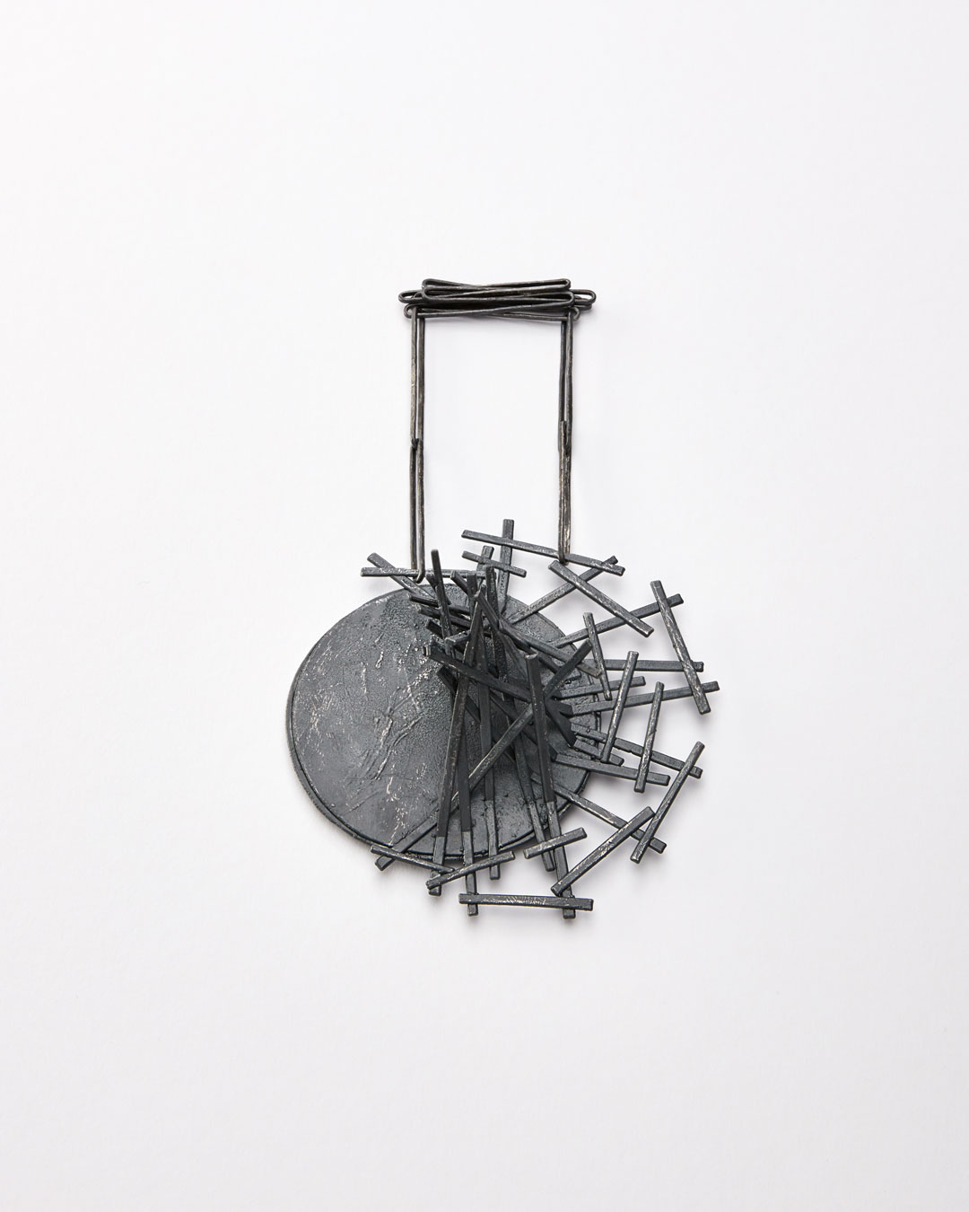 Iris Bodemer, Gegenüberstellung 5 (Juxtaposition 5), 2019, pendant; silver, thermoplastic, 115 x 110 x 45 mm, €3500