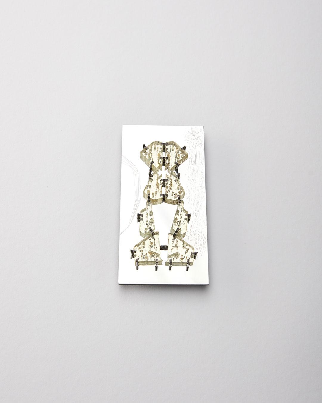 Iris Bodemer, Figur 1 (Figure 1), 2019, brooch; beryl, Alu-Dibond, silver, mounting adhesive, 150 x 70 x 15 mm, €4000