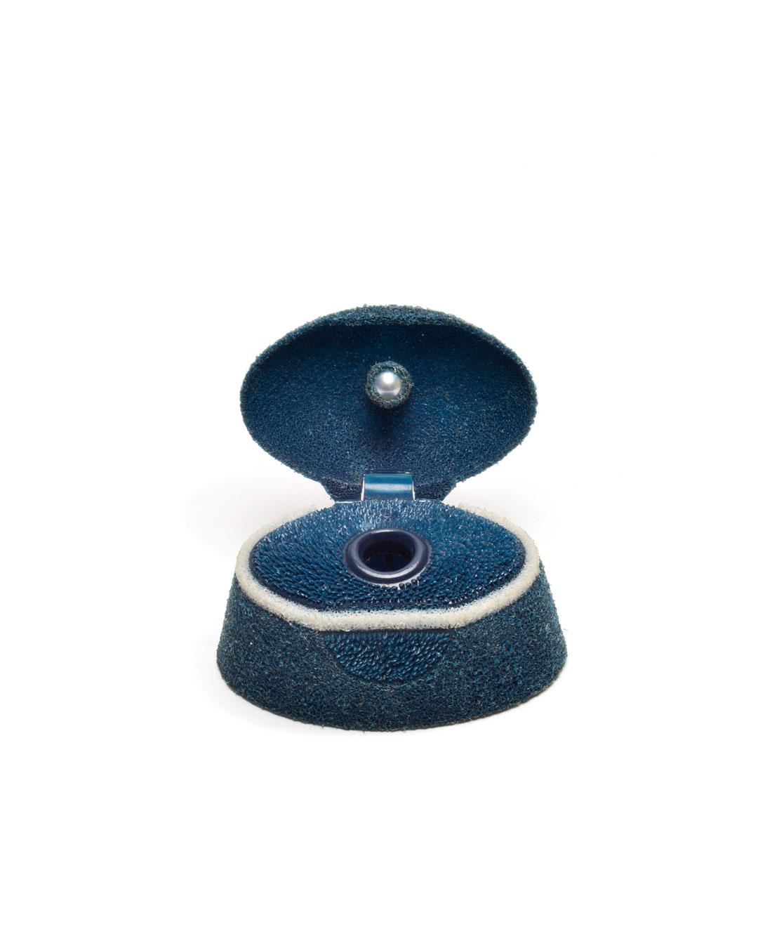 Ute Eitzenhöfer, Ensha, 2002, brooch; shampoo lid, pearl, rhodanised silver, silver, 40 x 40 x 45 mm, €1750