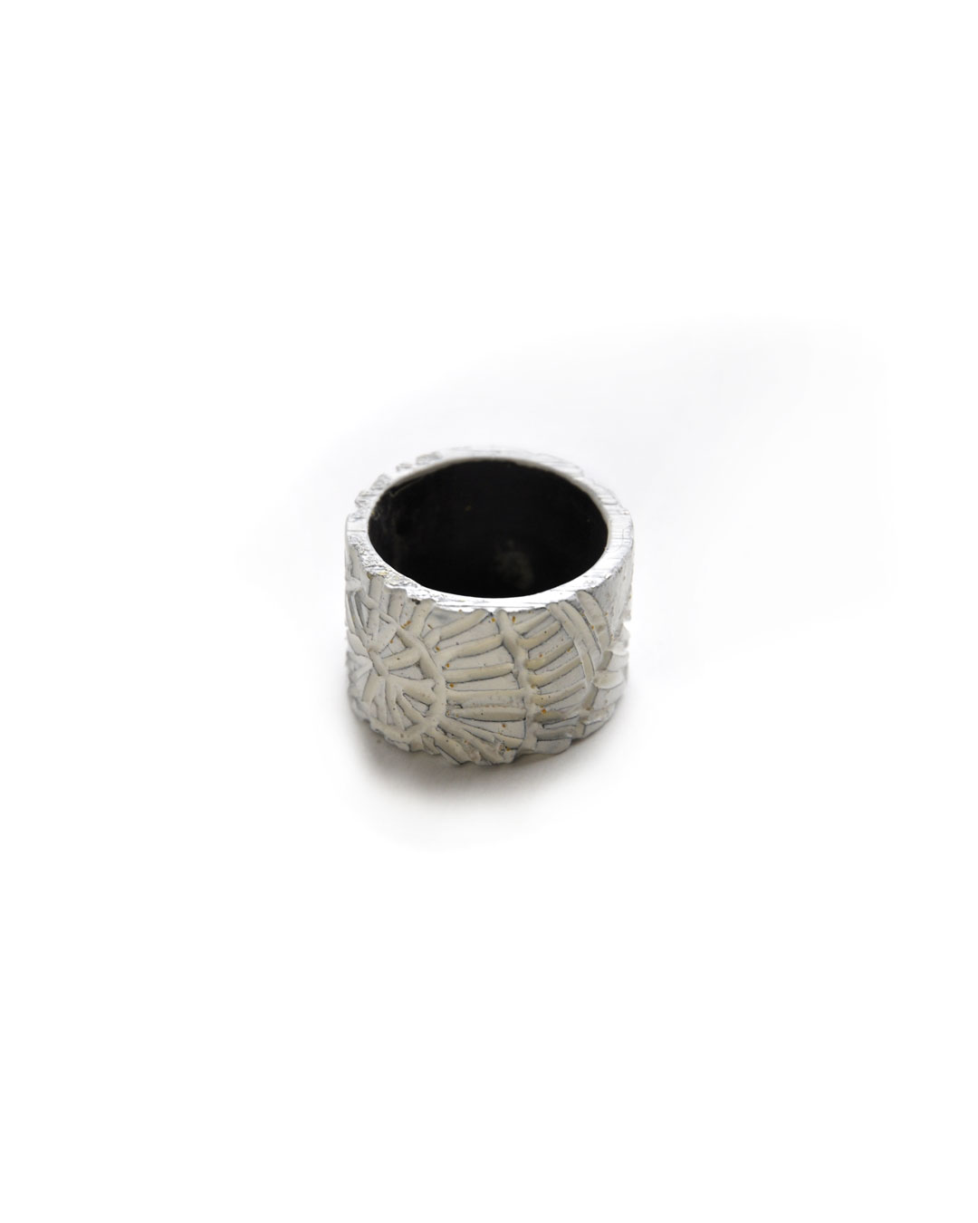 Willemijn de Greef, Under Cover, 2010, ring; silver, enamel, paint, 22 x 7mm, €110