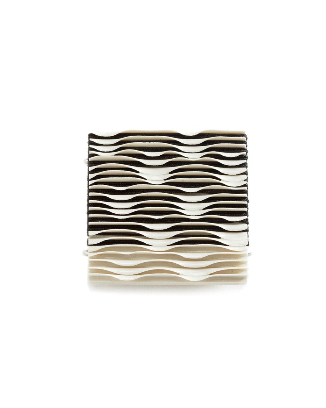 Silke Trekel, Seerosen (Waterlilies) 2017, brooch; porcelain, silver, thread, 53 x 53 x 10 mm, €775