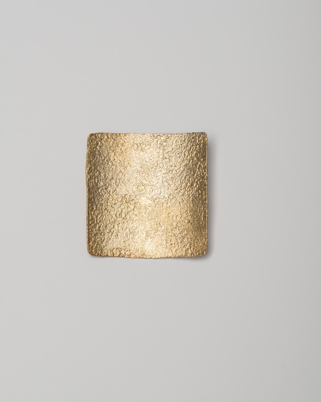 Yasuki Hiramatsu, untitled, brooch; gold-plated silver, 46 x 48 x 6 mm, €750