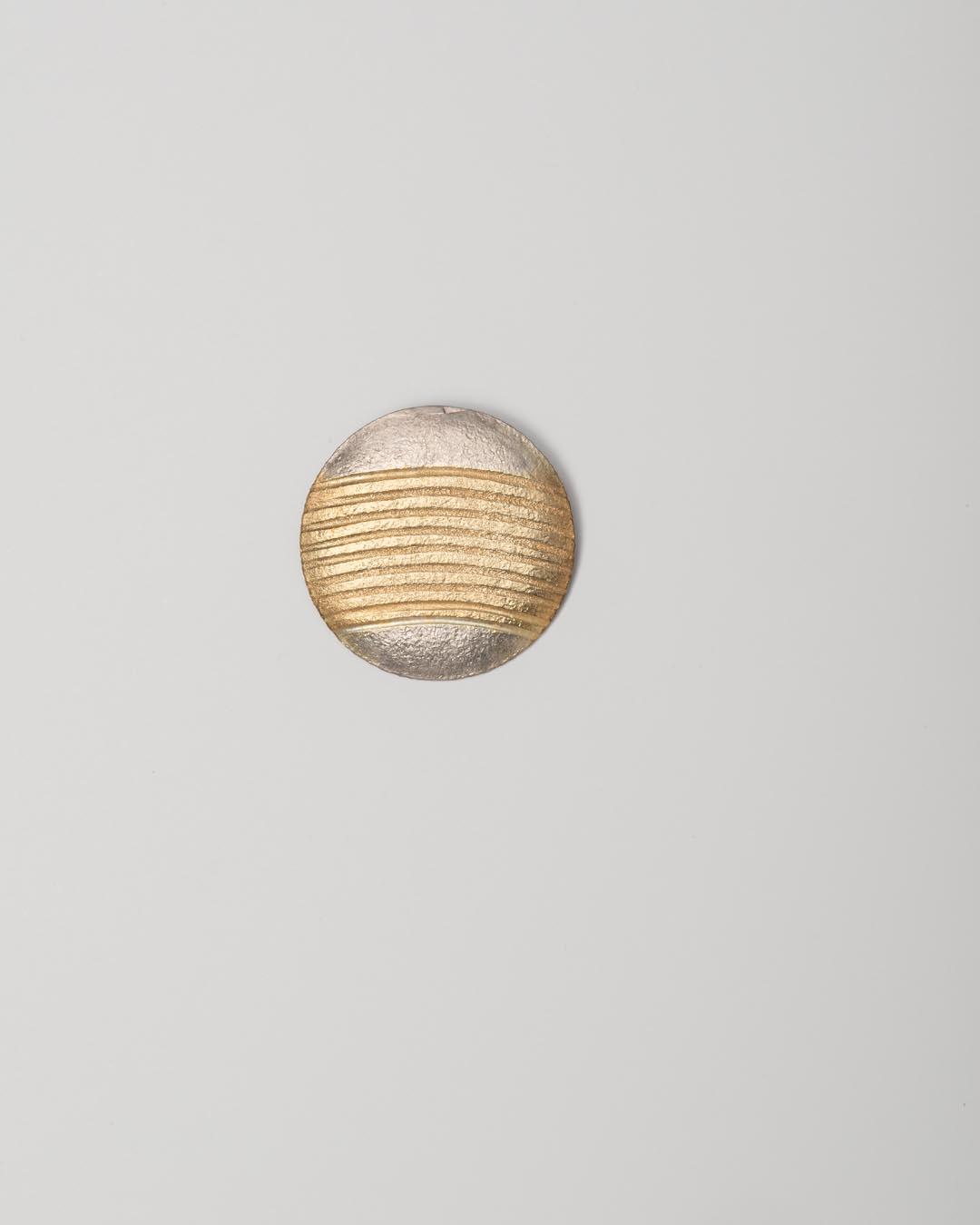 Yasuki Hiramatsu, untitled, brooch; gold-plated silver, ø 36 x 2 mm, €750
