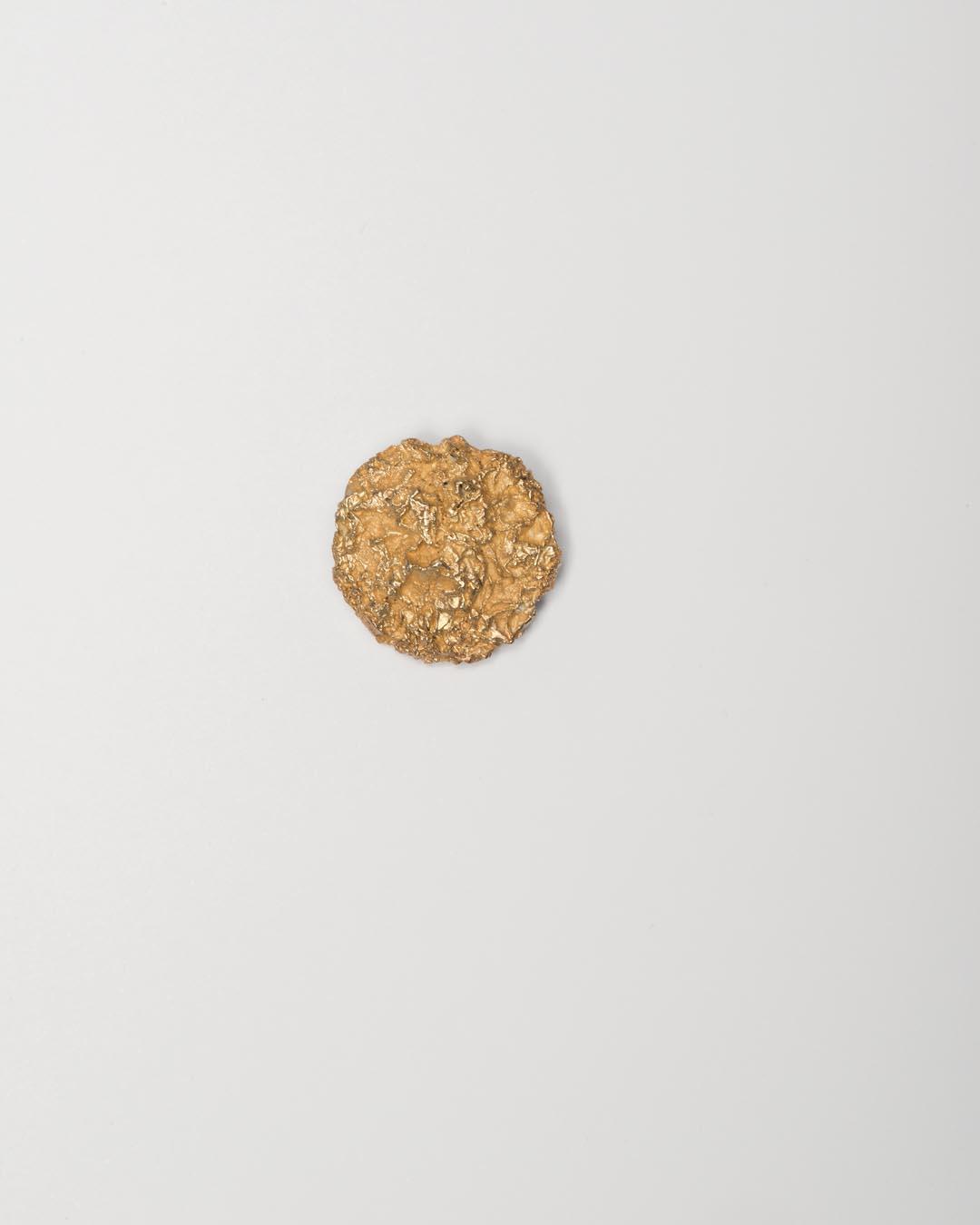 Yasuki Hiramatsu, untitled, brooch; gold-plated silver, ø29 x 6 mm, €575
