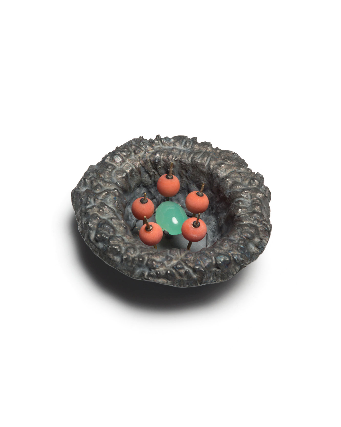 Winfried Krüger, untitled, 1992, brooch; oxidised silver, coral, chrysoprase, ø 80 mm, €1940