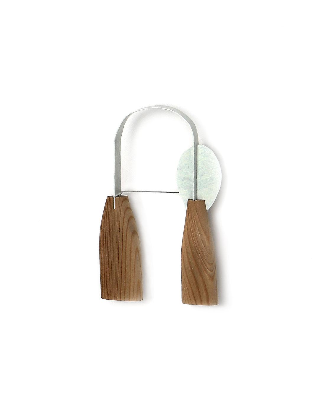 Dongchun Lee, Heart, 2009, brooch; wood, iron, paint, 93 x 150 x 17 mm, €1090