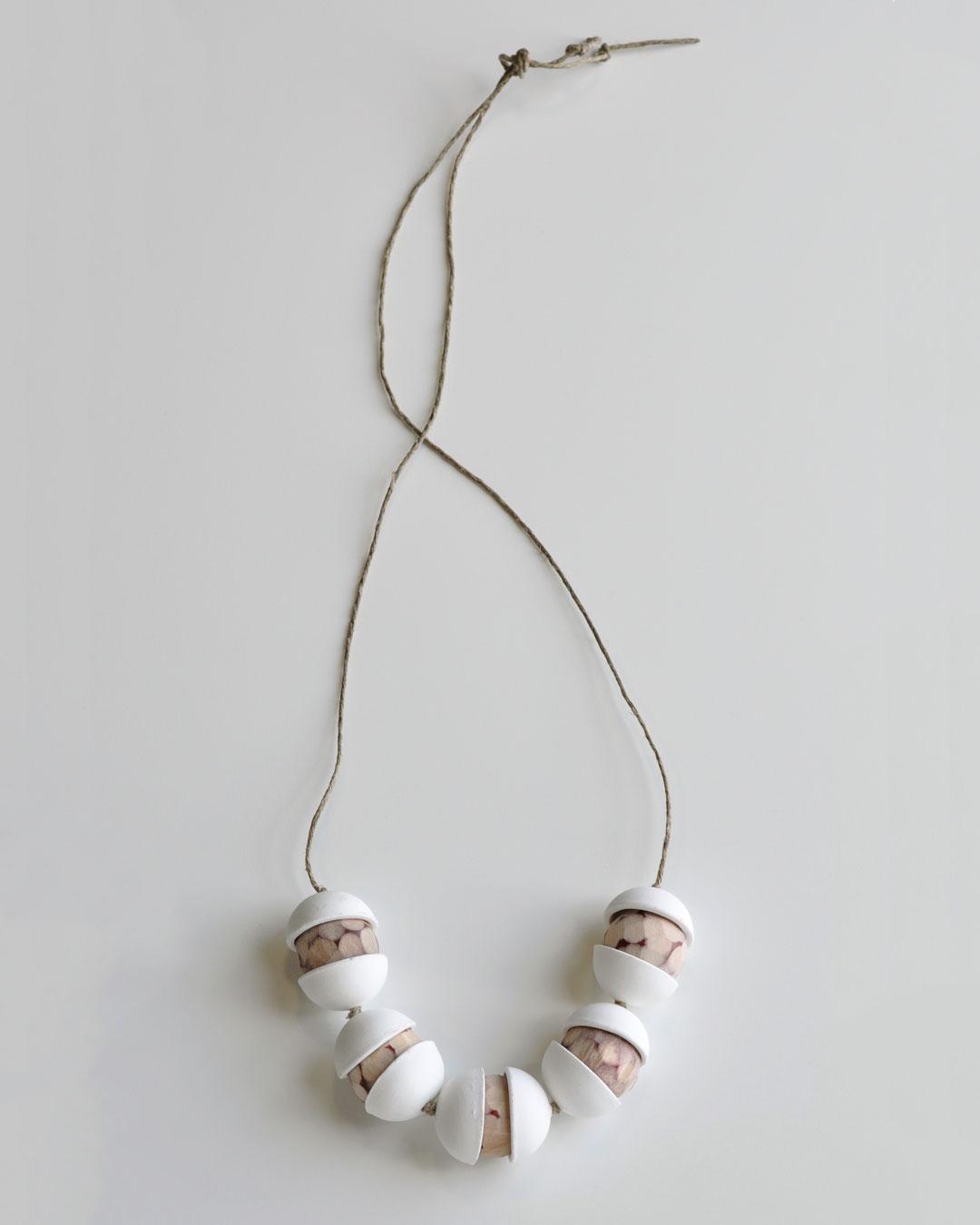 Chequita Nahar, Alla Kondre, 2010, necklace; porcelain, pine, string, 408 x 142 x 30 mm, €640