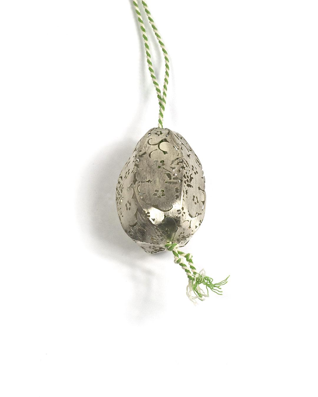 Carla Nuis, Potato, 2010, pendant; silver, cotton, various sizes, €560