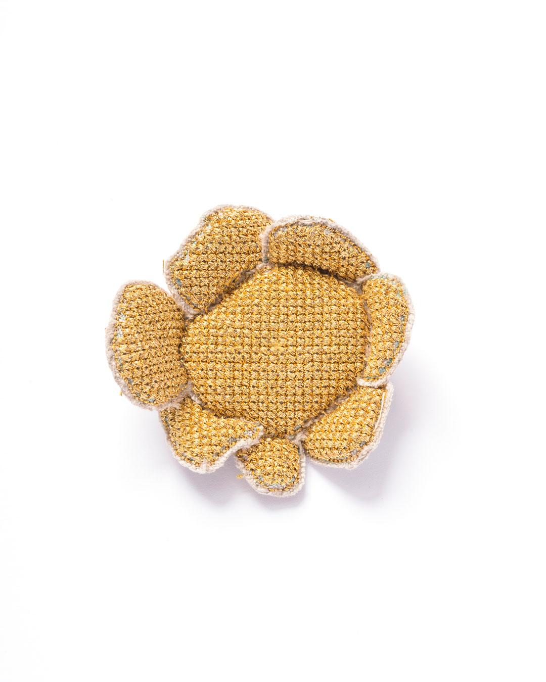 Carla Nuis, Golden Cuddles – Flower Brooch 1 (1/7), 2014, brooch; unbleached linen, 24ct gold kimono thread, linen flax fibres, 80 x 60 x 20 mm, €1100