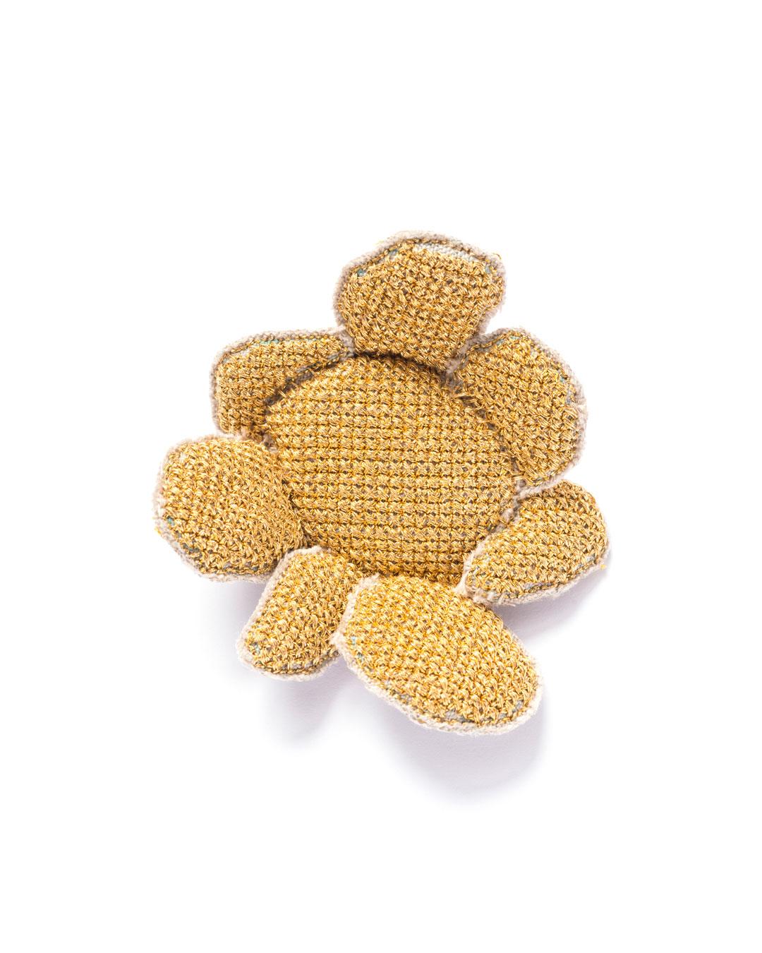 Carla Nuis, Golden Cuddles – Flower Brooch 4 (1/7), 2014, brooch; unbleached linen, 24ct gold kimono thread, linen flax fibres, 70 x 60 x 20 mm, €1250