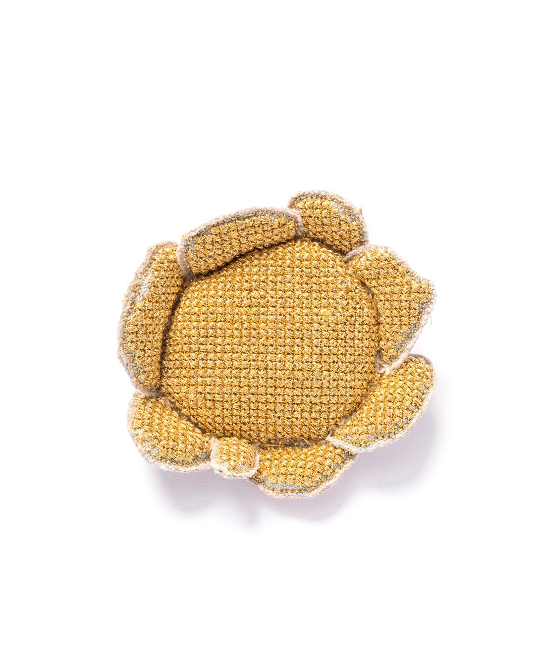 Carla Nuis, Golden Cuddles – Flower Brooch 5 (1/7), 2014, brooch; unbleached linen, 24ct gold kimono thread, linen flax fibres, 80 x 60 x 20 mm, €1530