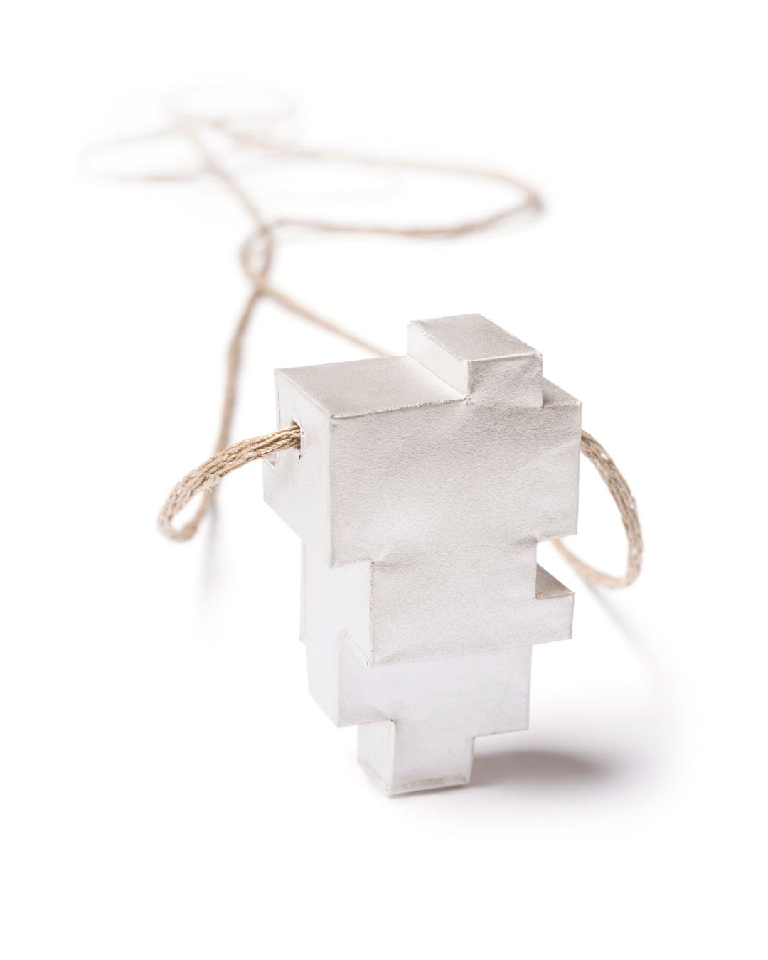 Carla Nuis, Unfurl 2, 2018, pendant; fine silver, linen, 57 x 30 x 21 mm, €710