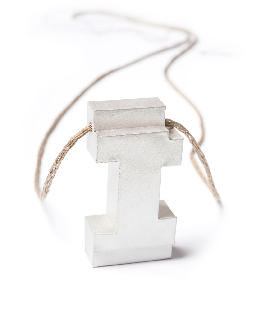 Carla Nuis, Unfurl 7, 2018, pendant; fine silver, linen, 58 x 30 x 14 mm, €710