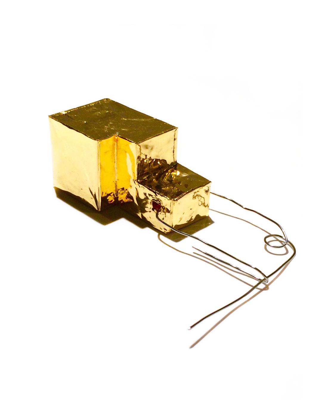 Carla Nuis, Unfurl999#1, 2018, brooch; fine gold, menzanium, 50 x 25 x 25 mm, €2800