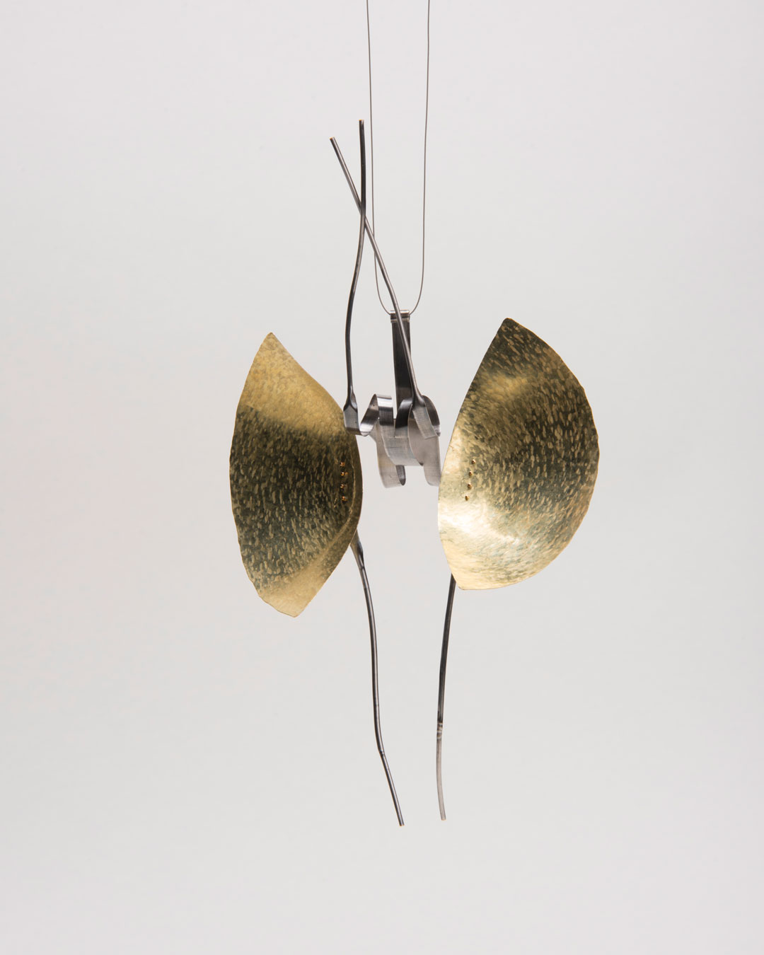 Andrea Wippermann, Mantis Religiosa, 2018, pendant; gold, stainless steel, blackened silver, nylon, 220 x 140 x 80 mm, €4600