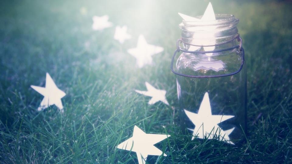 Recensies schijnende sterren in een glazen bokaal