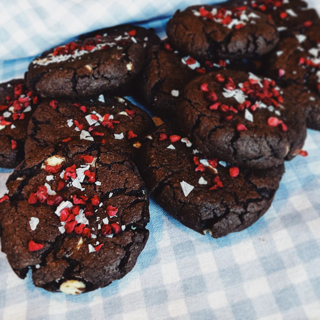 Kladdkakecookies med hallon vit choklad flingsalt