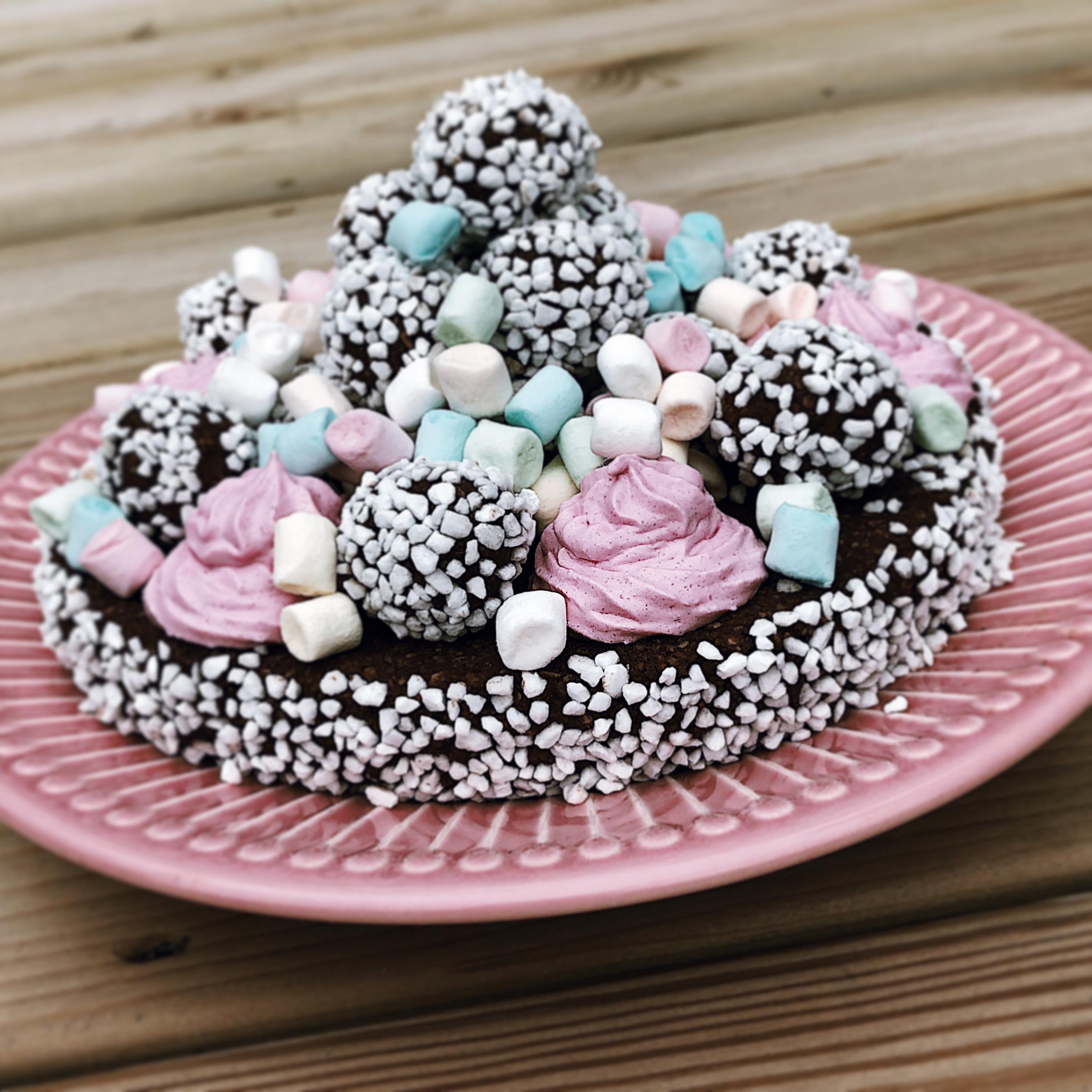 Chokladbollstårta med marängfrosting och marshmallows