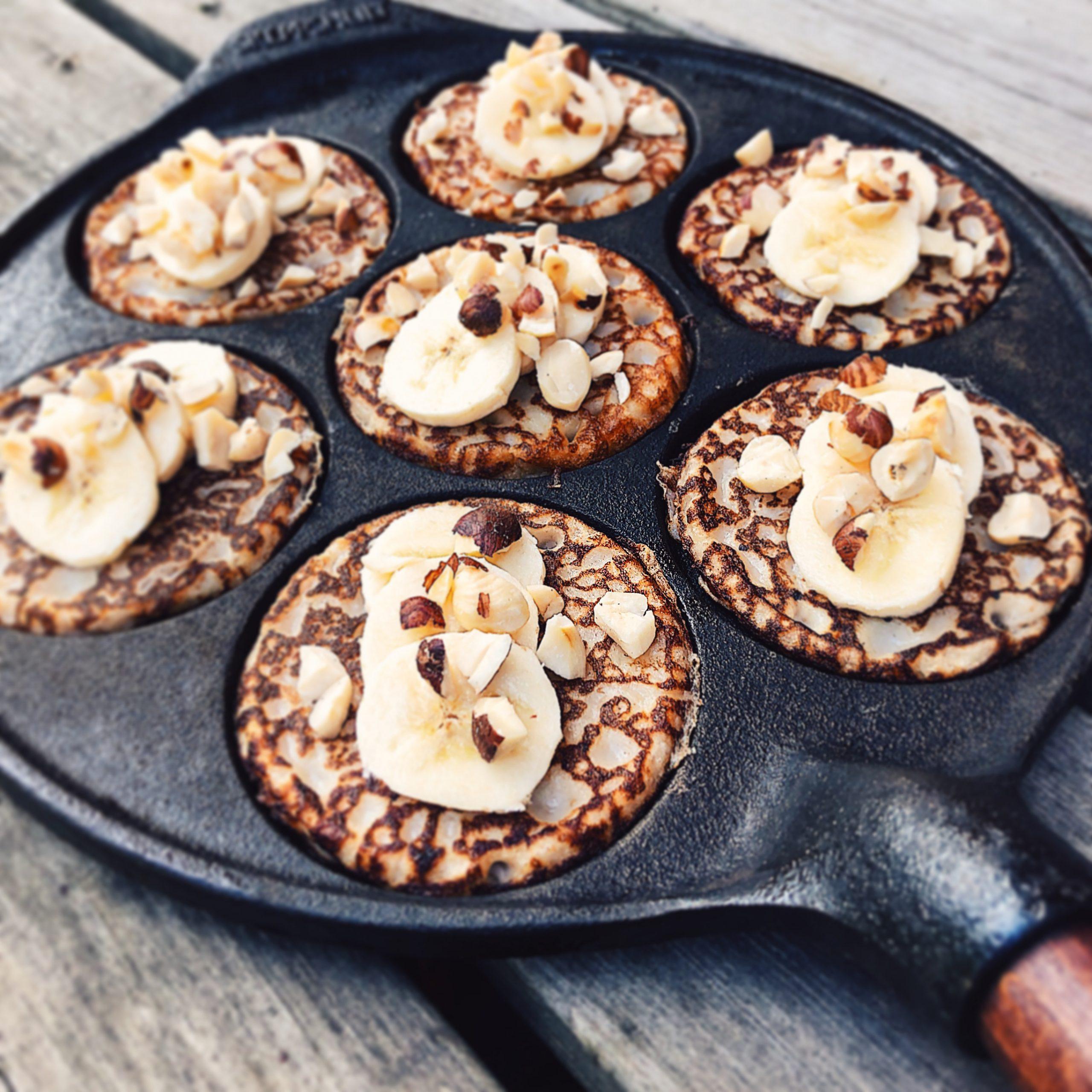 Surdegsplättar med banan och rostade hasselnötter