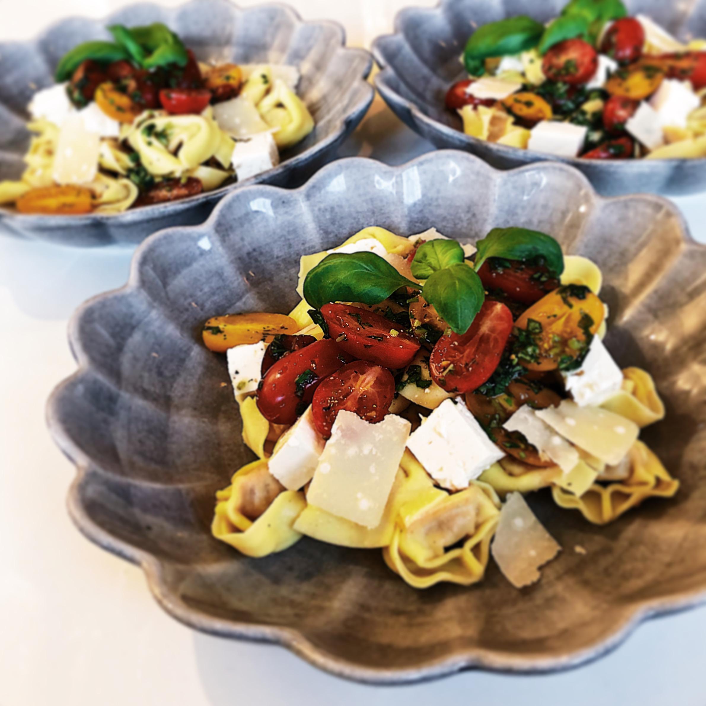 Ostfylld pasta med tomatsallad och fetaost